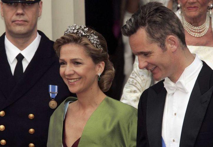 La infanta Cristina, que aquí aparece con su esposo Iñaki Urdangarín, es el primer integrante de la monarquía española que será juzgada. (Archivo/AP)