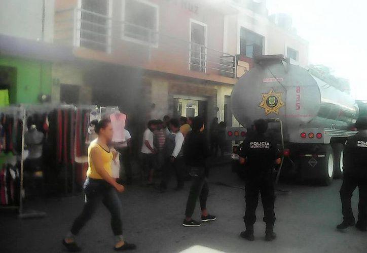 Imagen del lugar en el momento del incendio de un almacén ubicado en el centro de Umán, Yucatán. (Milenio Novedades)