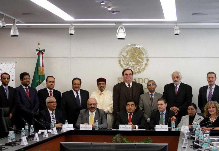 El presidente del Senado, Miguel Barbosa (c), de corbata roja, subrayó la importancia de la cultura árabe en México, en el marco de un acuerdo para profundizar relaciones con países de Oriente.  (Notimex)