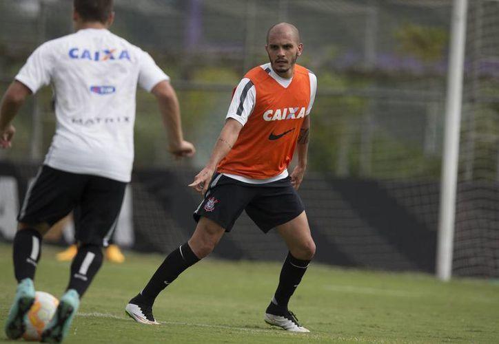 Fabio Santos, del Corinthians de Brasil, ya es refuerzo del Cruz Azul y solo se espera que este fin de semana llegue a México para firmar. La foto corresponde a abril de este año, en un entrenamiento, (globo.com)