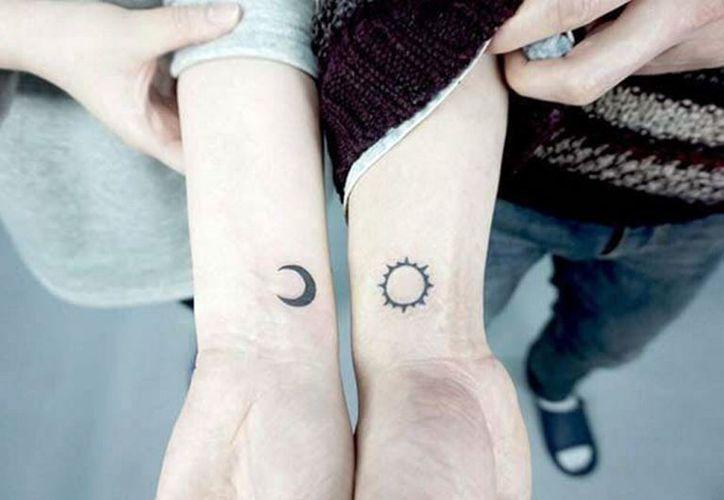 Los clientes de los tatuadores piden que se les imprima en la piel diseños que representan importantes situaciones familiares. (Archivo/Notimex)