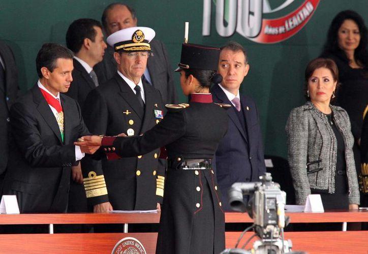 El mandatario entregó espadines a cadetes del Heroico Colegio Militar. (Notimex)