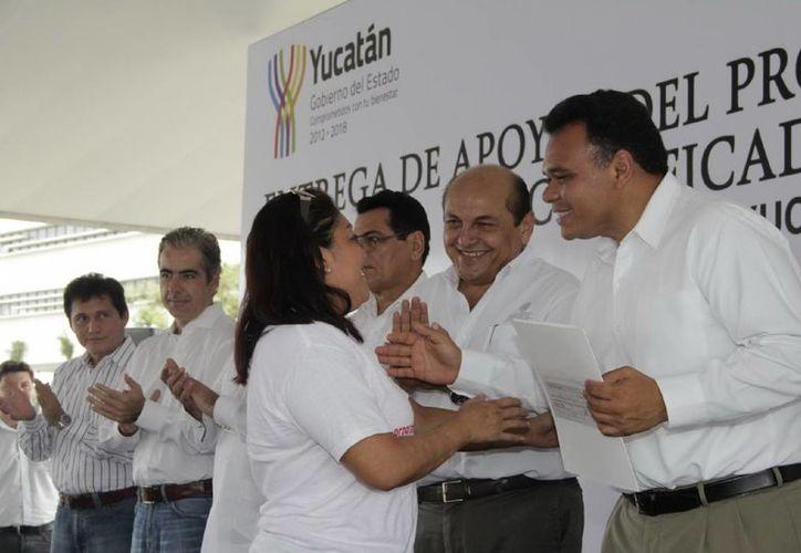 El Gobernador saludó a algunos beneficiarios del programa Escuela Verde. (Milenio Novedades)