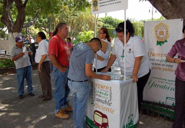 La consulta se aplica en tres módulos, uno de los cuales se ubica en la Plaza Grande. (Milenio Novedades)