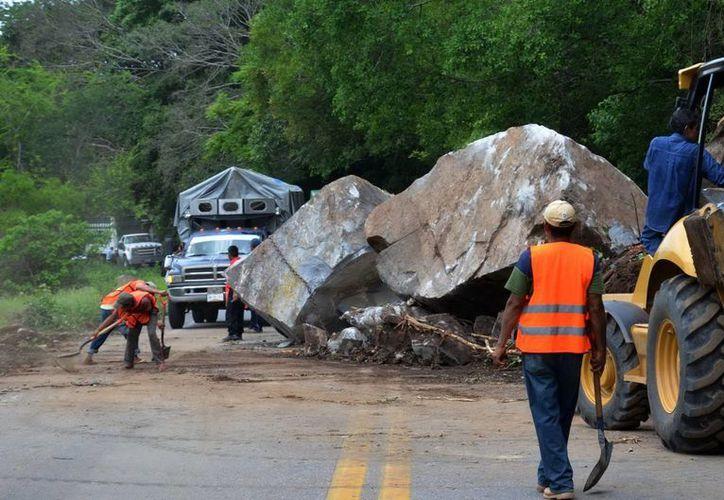 Las lluvias registradas en los últimos días han provocado bloqueo en carreteras, reblandecimiento de la tierra así como deslaves en varias vías de comunicación. (Foto contexto. Archivo Notimex)