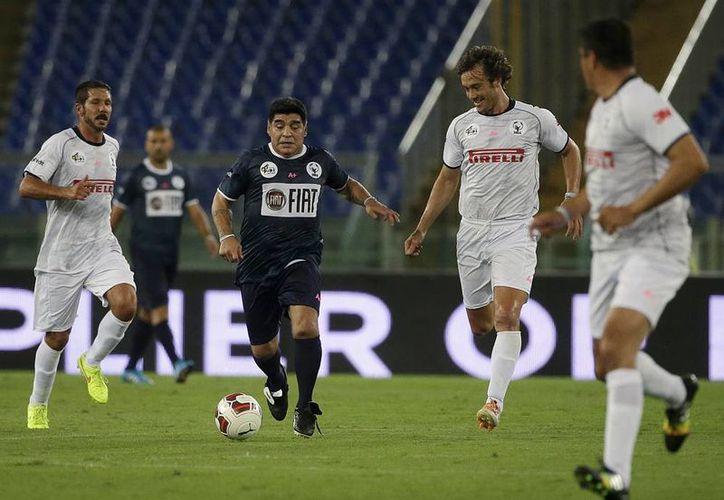 A veces caminando o trotando, Diego Armando Maradona aguantó los 90 minutos del partido de futbol convocado por el papa Francisco. (AP)