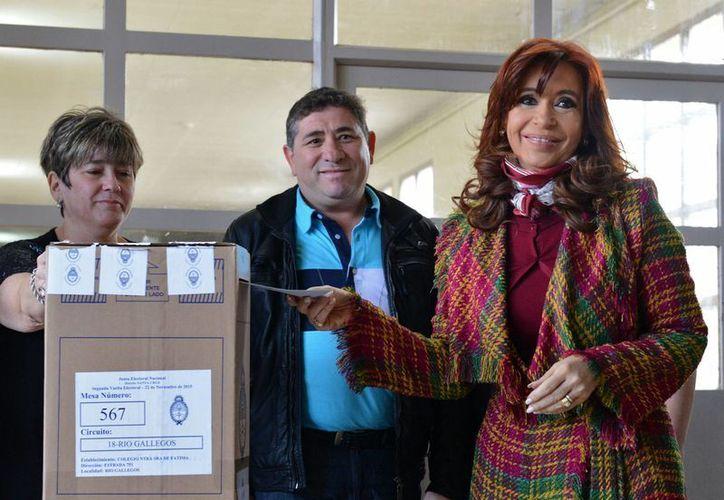Cristina Fernández (d) tiene embargados sus bienes y cuentas bancarias e incluso la pensión que deberían recibir como expresidenta de Argentina. (Foto Archivo/Notimex)