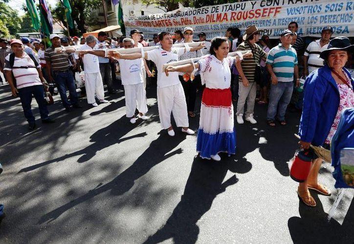 Aspecto de la marcha de extrabajadores de la construcción de la represa Itaipú, hacia el Ministerio de Trabajo, en Asunción, Paraguay, el lunes 24 de agosto de 2015. (Foto: AP/Jorge Saenz)