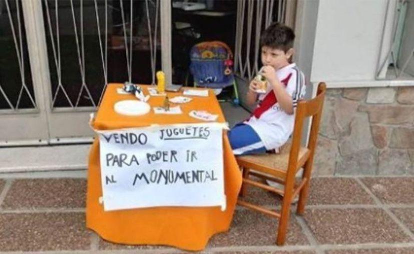 Renzo de sólo seis años de edad, ponía a la venta varios juguetes para cumplir su sueño. (Vanguardia)