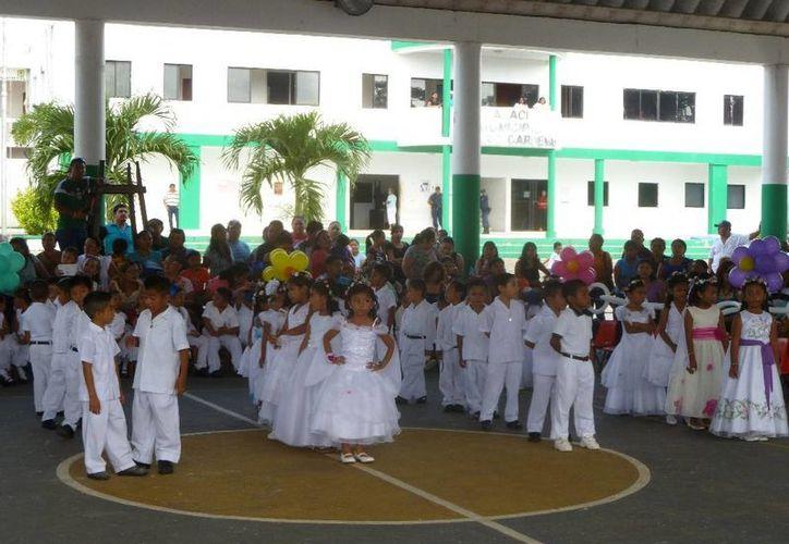"Los alumnos del tercer grado grupo ""A"" presentaron un bailable titulado ""Libre Soy"". (Raúl Balam/SIPSE)"
