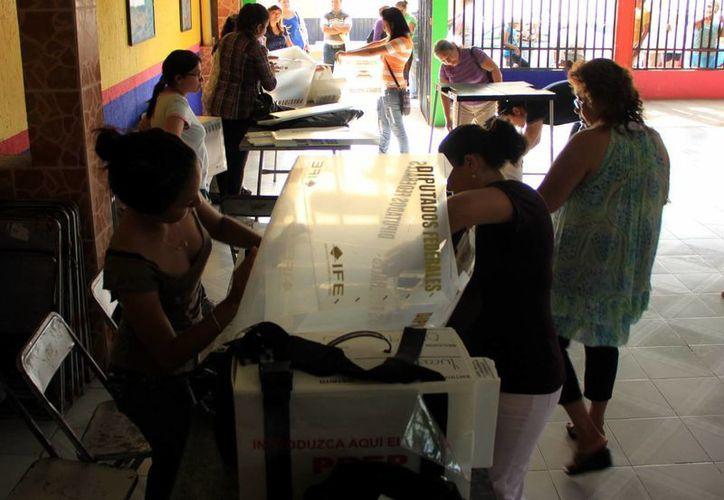 Imagen de ciudadanos armando las urnas, las cuales se usarán en las elecciones del próximo 7 de junio. De acuerdo con el INE, aún falta por completar el 3 por ciento de las casillas. (Milenio Novedades)