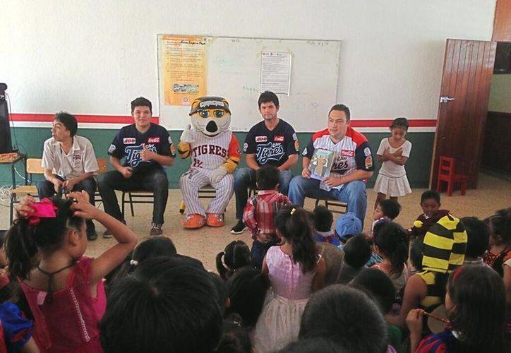 Los lanzadores felinos Mario Meza y Carlos Bustamante participaron en el evento. (Twitter/@tigresqroficial)