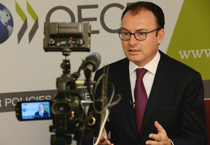 Luis Videgaray explicó, en entrevista con Notimex, que la mayor independencia federal de los ingresos petroleros se produjo por 'la combinación de una disminución del precio del petróleo, pero también de un incremento de los ingresos tributarios no petroleros' durante su participación en la cumbre anual de ministros de la OCDE. (Notimex)