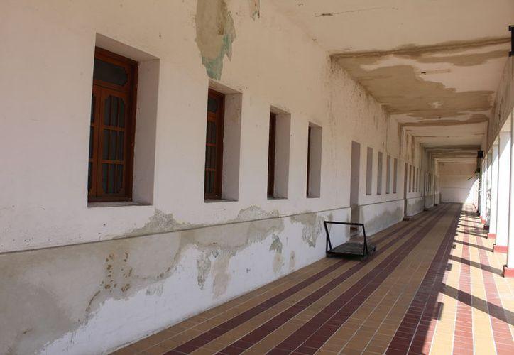 Tanto el techo como paredes y pisos se encuentran en muy malas condiciones. (Joel Zamora/SIPSE)