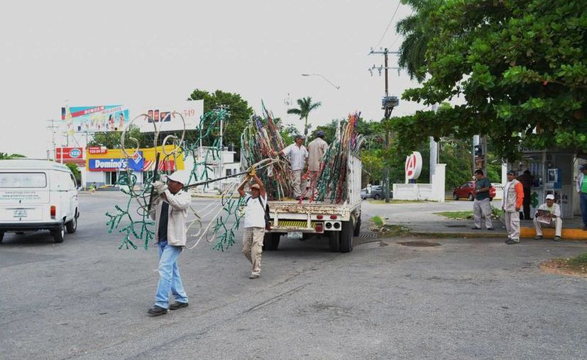 Retira el Ayuntamiento los decorados decembrinos en la ciudad. Imagen de contexto de un grupo de trabajadores municipales desmontando adornos navideños, hace un año. (Milenio Novedades)
