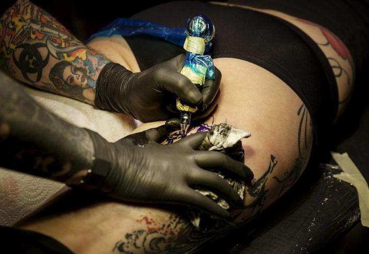 Un estudio científico indica que las personas tatuadas acumulan mejores mecanismos contra el estrés. (Archivo/Notimex)