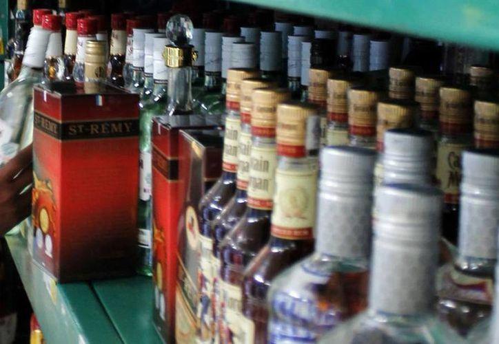 El SAT embargó mil 728 botellas de whisky por no contar con documentación que acredite su legal estancia en territorio nacional y detectó 16 mil 972 botellas con marbetes apócrifos. (Archivo/SIPSE)
