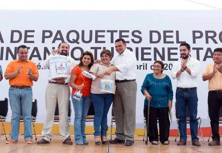 El gobernador Rolando Zapata Bello se reunió el sábado con vecinos de Ciudad Caucel. (SIPSE)