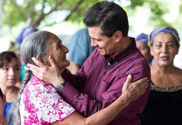 El presidente Enrique Peña Nieto tuvo un encuentro con diversos adultos mayores en el Museo Nacional de Antropología en el Día del Abuelo. (presidencia.gob.mx)