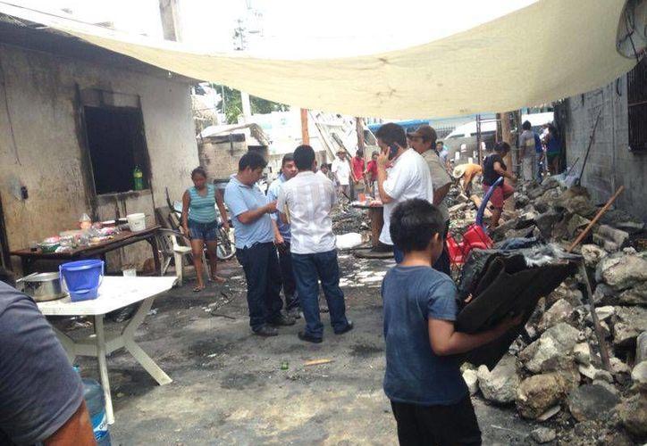 Las 10 familias afectadas por el incendio pasaron la noche del jueves a la intemperie.  (Rossy López/SIPSE)