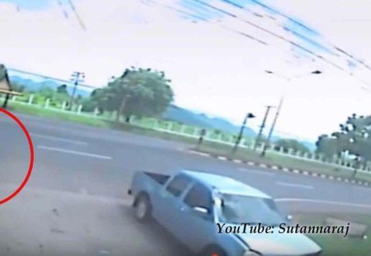 La forma oscura se mantiene inmóvil sobre el humano debajo, mientras los testigos se apresuran a atender a la víctima. (Captura de pantalla)