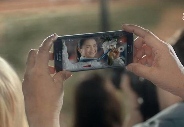 El modelo que Samsung presenta en un video promocional es resistente al agua y se carga inalámbricamente. (Captura de pantalla/YouTube)