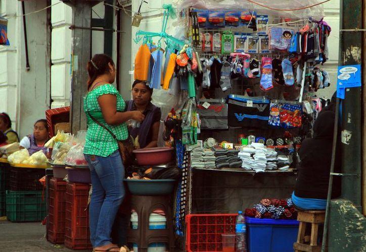 Algunos informales llevan 30 años en calles del centro. (José Acosta/SIPSE)