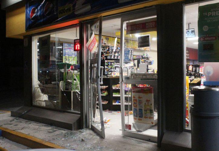 Los delincuentes ya habían sacado la tómbola de la tienda de conveniencia, cuando fueron sorprendidos por el joven. (Redacción/SIPSE)