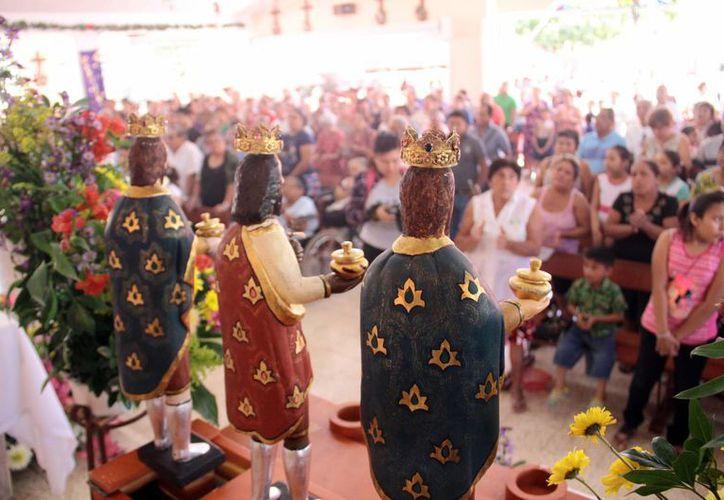 """Ayer se realizó la tradicional """"bajada""""  de las imágenes de los Santos Reyes en la colonia del mismo nombre. Cientos de fieles asistieron a la celebración. (Jorge Acosta/SIPSE)"""