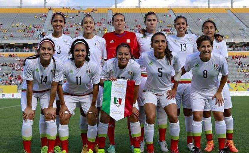 La selección femenil mexicana cayó ante su similar de Brasil, con marcador de 4-2 en los Juegos Panamericanos 2015. La foto corresponde a la alineación azteca. (Femexfut)