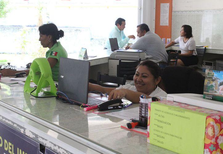 Integrantes del Sindicato de Trabajadores del Ayuntamiento de Othón P. Blanco entregaron un documento con sus demandas. (Joel Zamora/SIPSE)