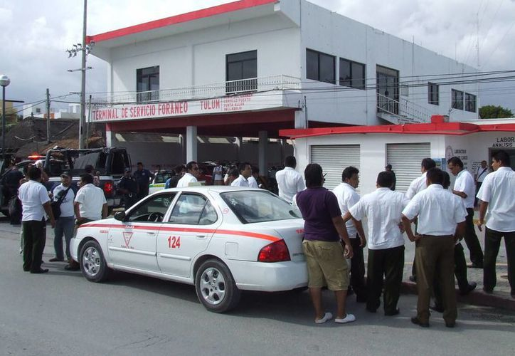 Pleito entre taxistas locales y yucatecos por la disputa del pasaje. (Rossy López/SIPSE)