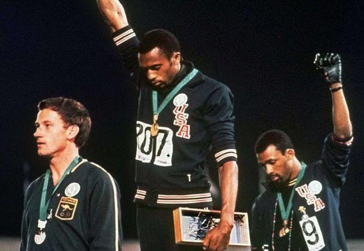 La protesta en el protocolo de los Juegos Olímpicos le costó a los deportistas negros desprecio y humillación por parte de su país, Estados Unidos. (Imágenes/ Vice/ Excelsior)
