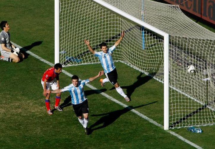 Las tecnologías deberán aprobar su efectividad ante la FIFA. (Archivo/Agencias)