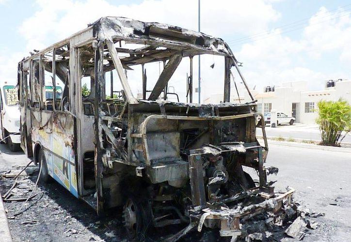 El camión de transporte urbano quedó carbonizado. (Licety Díaz/SIPSE)