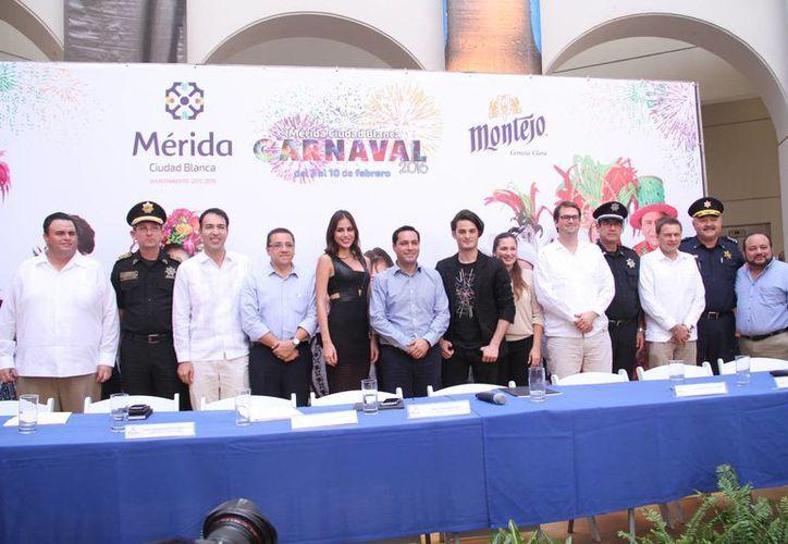El alcalde Mauricio Vila (c) con otros funcionarios dio a conocer que todos los palcos y gradas no tendrán costo en este Carnaval de Mérida al igual que la transportación. (Fotos cortesía del Ayuntamiento de Mérida)