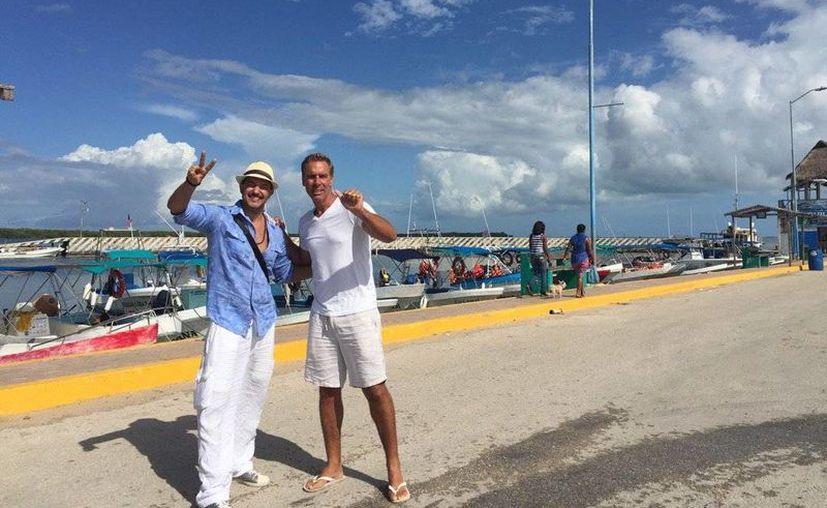 Los conductores de televisión, Fernando del Solar y Raúl Osorio se reencontraron en Holbox. (Twitter@Fer_DelSolar)