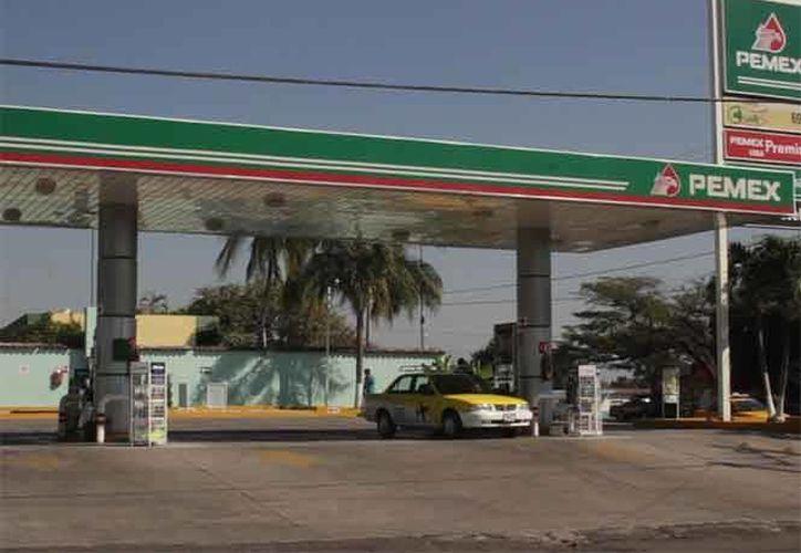 Con el descuento que aplican los gasolineros en el municipio Cuauhtémoc de Colima, el litro de Magna se vende en 16.14 pesos, es decir 40 centavos menos; la Premium en 17.90, 50 centavos menos, y el diésel en 17.21, es decir, 47 centavos menos. (www.excelsior.com.mx)