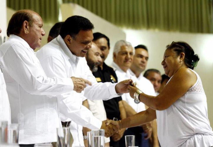 Rolando Zapata entrega llave de nueva de unidad a socia del Frente Unico de Trabajadores del Volante. (SIPSE/Christian Ayala)