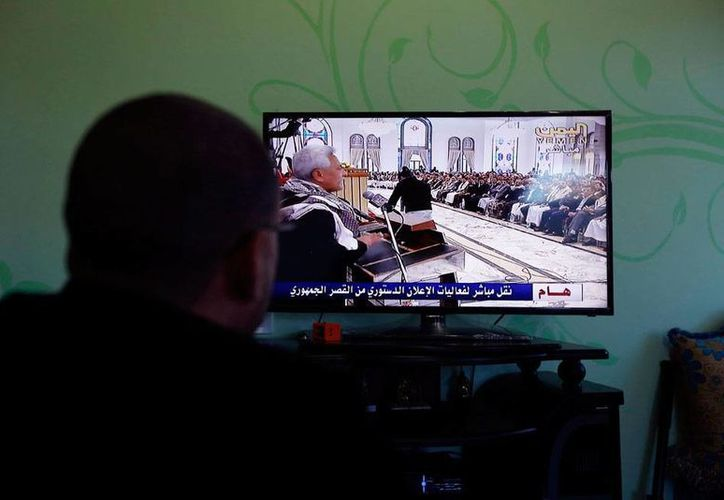 Un ciudadano observa en la televisión el mensaje que emitieron los rebeles huti, quienes este viernes tomaron el poder y disolvieron el Parlamento. (Efe)