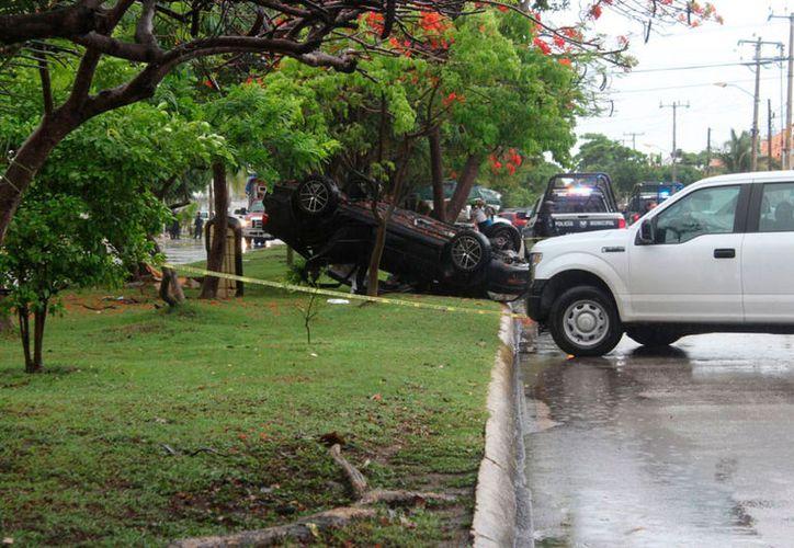 El automóvil del taxista se volcó sobre la avenida Konhulich, entre la Del Sol y Andrés Quintana Roo. (Redacción/SIPSE)