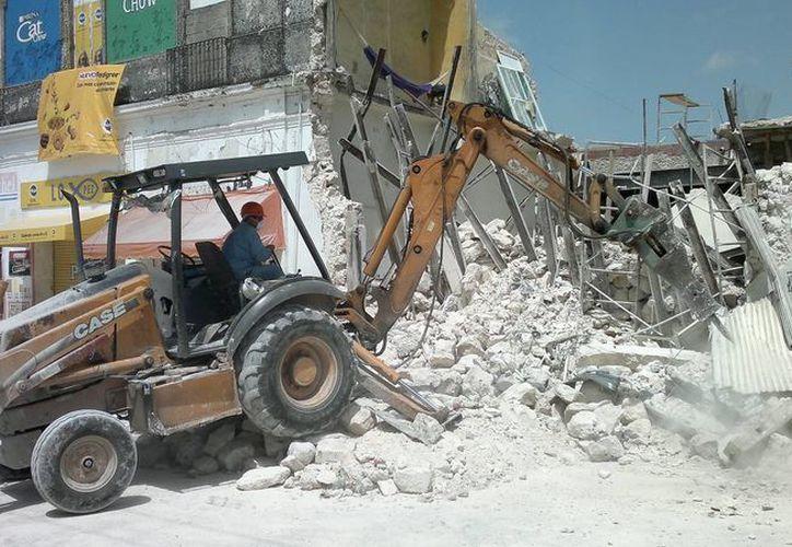 Se utilizó maquinaria pesada para reducir a escombros al inmueble colapsado. (Jorge Pallota/SIPSE)