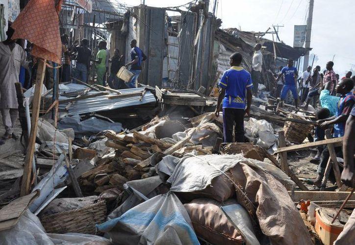 Escenario de la explosión en el mercado central en Maiduguri, este martes, que dejó unos 56 muertos. El atentado fue atribuido al grupo extremista Boko Haram. (AP Foto/Jossy Ola)
