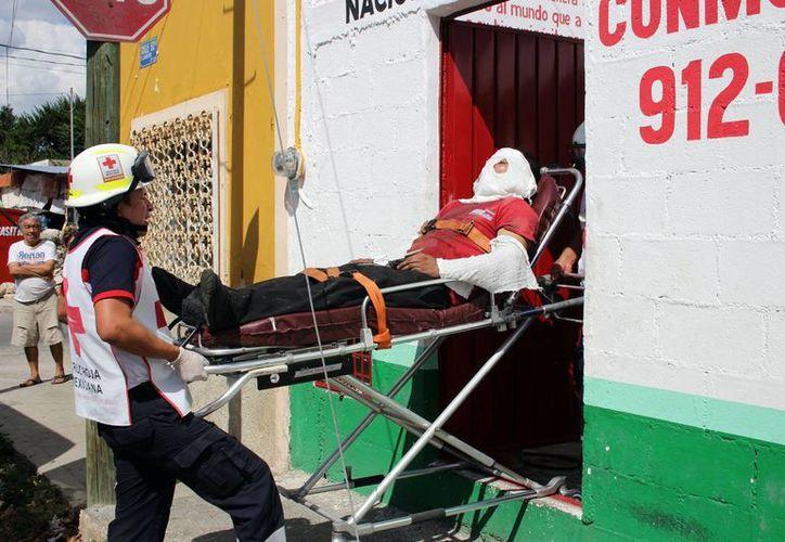 La explosión de una bomba de gasolina en un taller mécanico de la colonia Dolores Otero ocasionó quemaduras en la cara, los brazos y pecho a un trabajador. (Fotos: Pallota/SIPSE)
