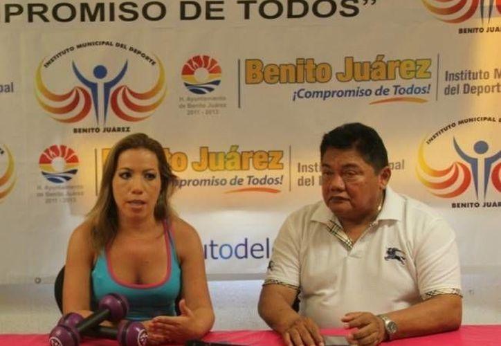 Durante la conferencia de prensa estuvieron presentes la instructora de zumba, Sujey Ramírez y Jorge Gutiérrez, en representación del Instituto Municipal del Deporte. (Raúl Caballero/SIPSE)