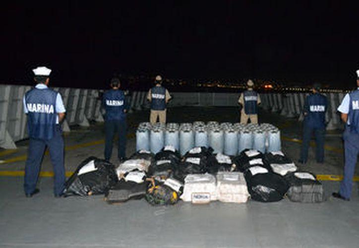 Además de las sustancias ilegales, la marina aseguró varios litros de combustible. (La Jornada)