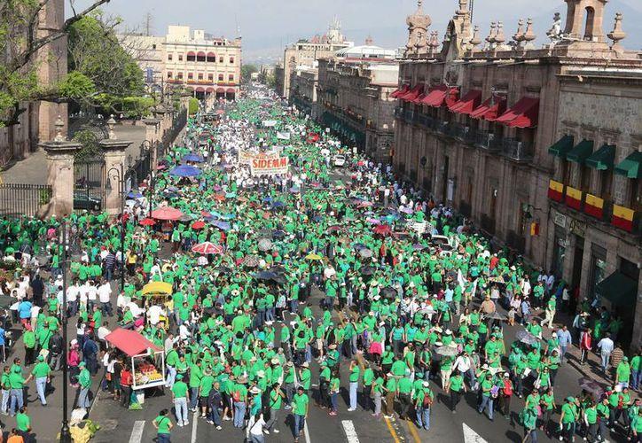 Marcha en Morelia en el Día Internacional del Trabajo. Como en muchos estados del país, demandan mejores salariales y condiciones de empleo.