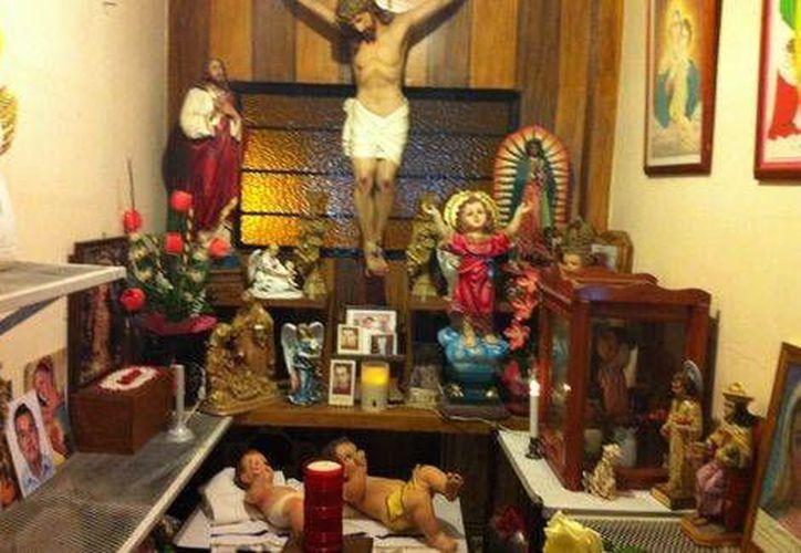 En Miacatlán familiares y conocidos de Edgar Tamayo montaron un altar donde realizaron rosarios para pedir por el morelense. (Milenio)