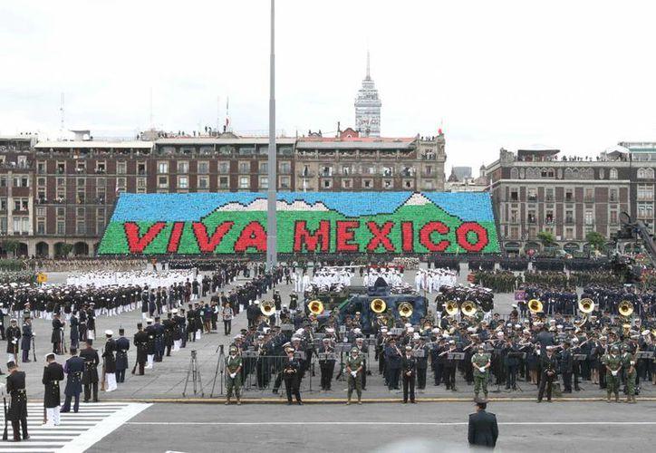 Tras la ceremonia de El Grito efectuada a medianoche, este martes se desarrolla el desfile cívico militar en el Zócalo de la Ciudad de México. (Notimex)