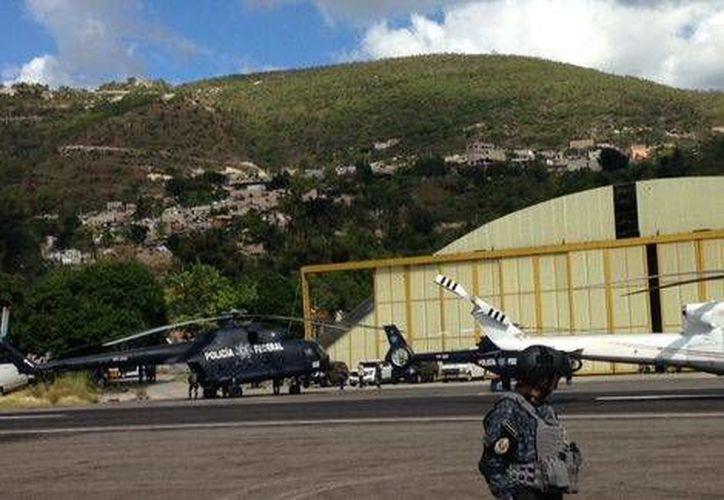 Las autoridades federales sostuvieron una reunión con los padres de los normalistas en el aeropuerto de Chilpancingo. (Milenio)